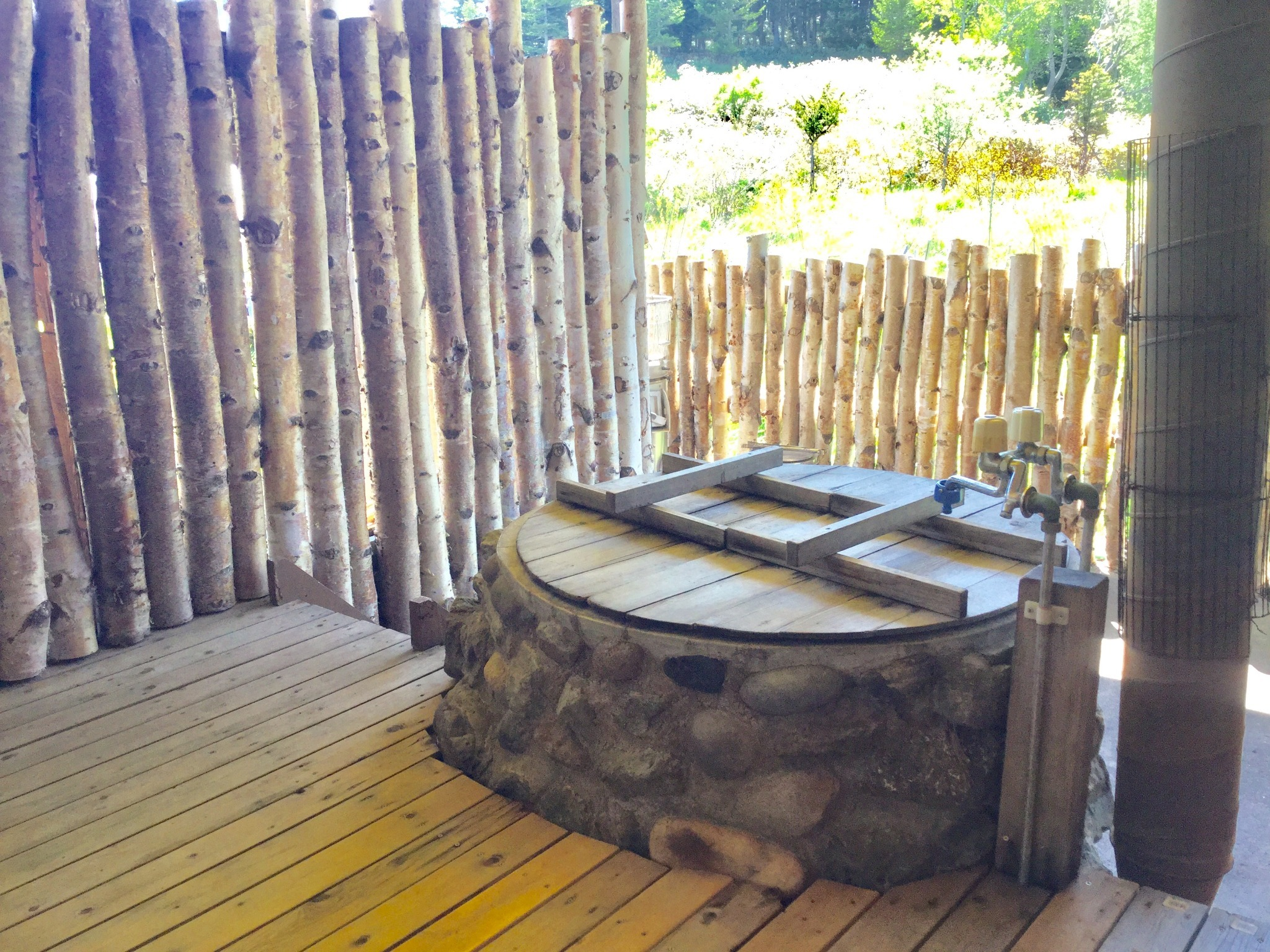 """【Open air bath】A bath called """"GOEMON-BURO"""" of Japan. Reservation required, 1000 yen/group."""