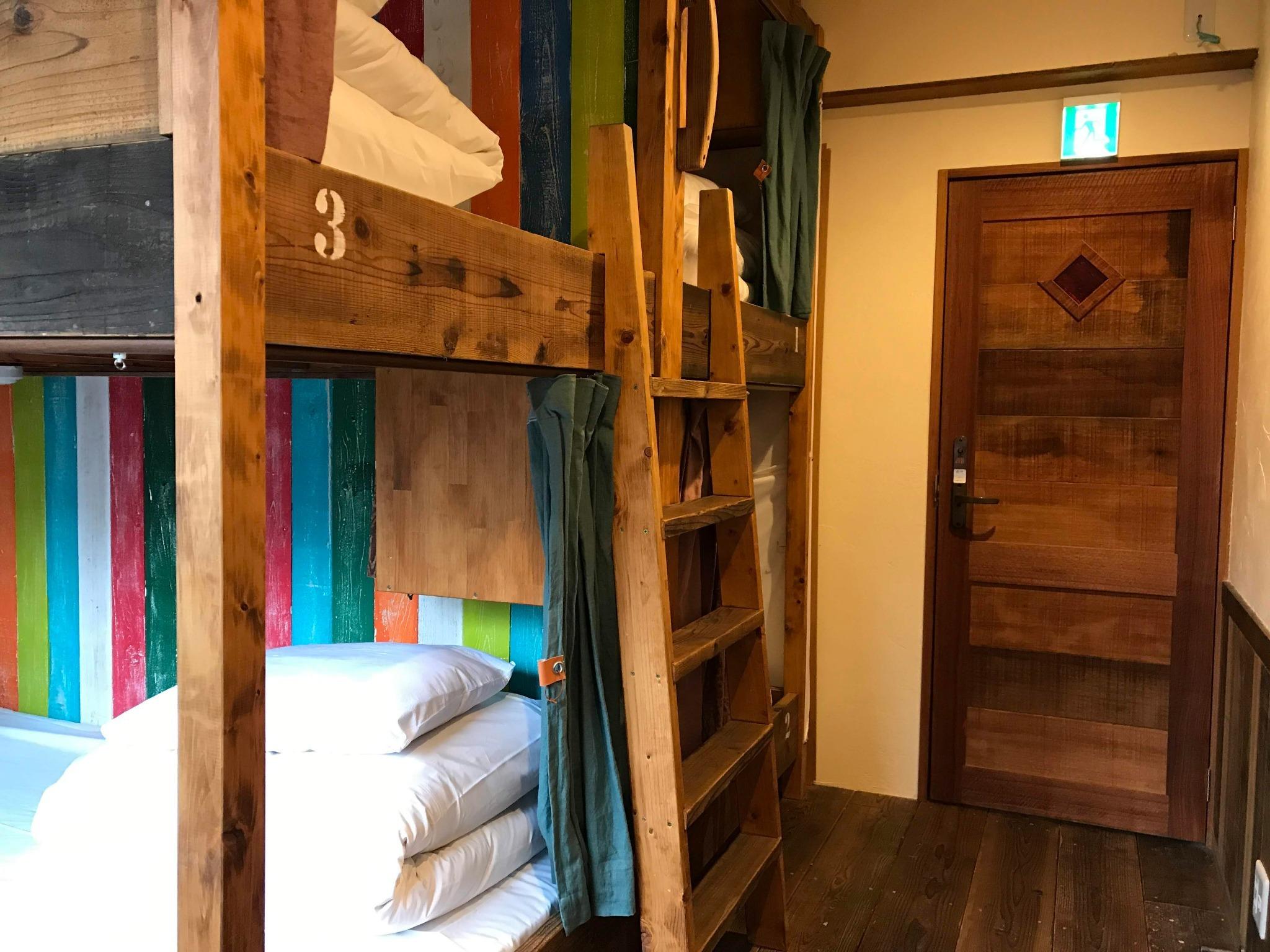 寝具類には綺麗なシーツをセットしてご提供しております。入口のドアはオートロックで施錠されます。ベッド内にはコンセント、ハンガー、枕元ランプ、鏡をご用意しております。