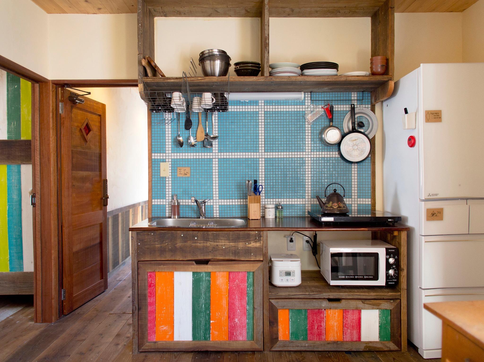 お部屋の隣は共同利用のキッチンがあります。冷蔵庫、トースター、レンジ、フリードリンクなど、24時間ご自由に使って頂けます。