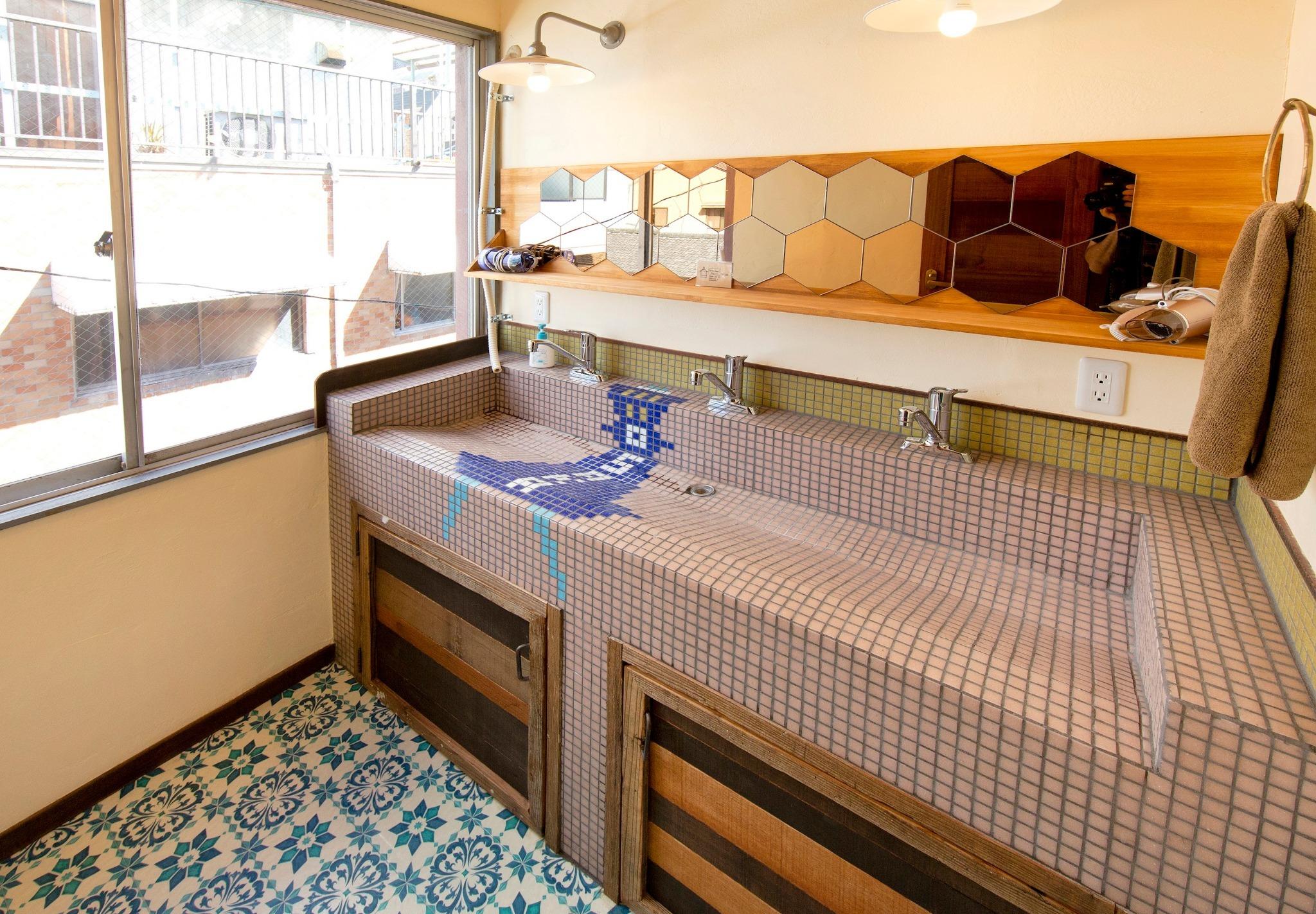 手作りの洗面台、シャワー、トイレは部屋の外にあり共同利用となります。シャンプー、リンス、ボディソープ、ヘアドライヤーをご用意しております。