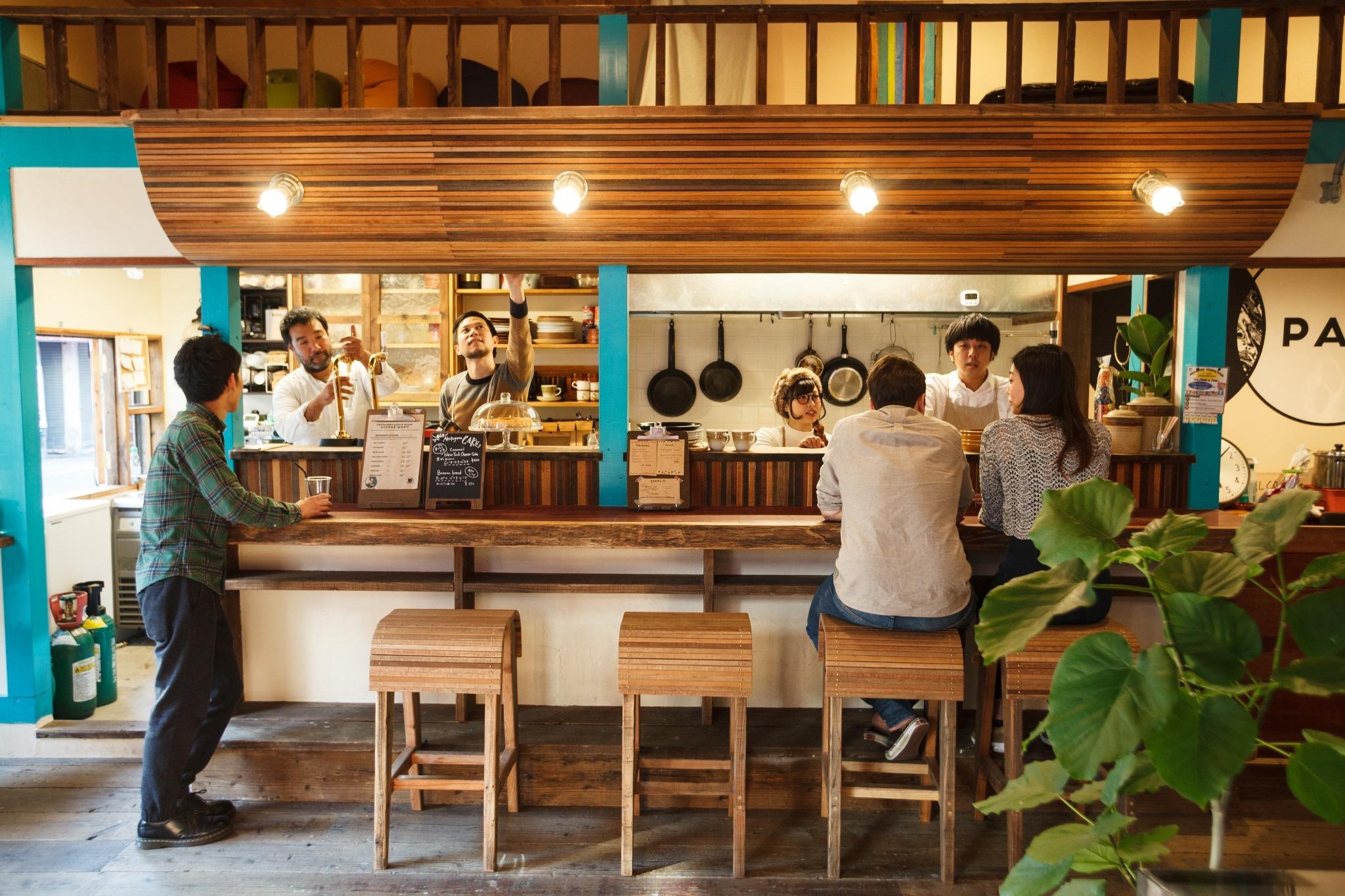1階にはカフェとレコード屋も併設しており、朝食、自家焙煎のコーヒーやサンドウィッチ、お酒などをご注文頂けます。