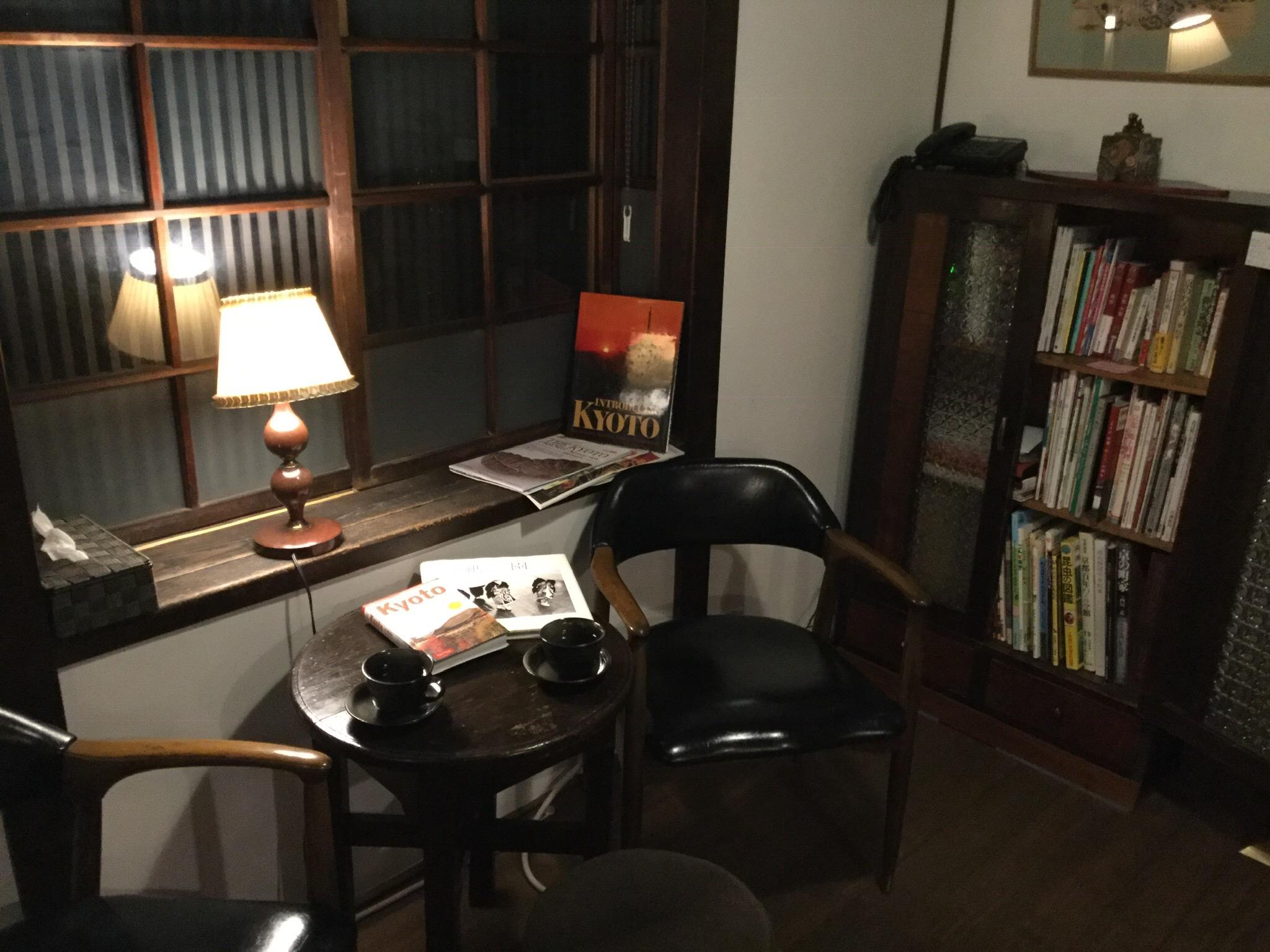 一階 表の間、レトロなひと時を、沢山の京都本が本棚に