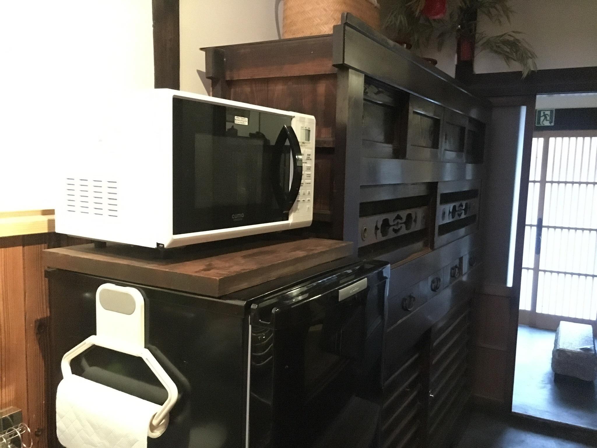 古い水屋箪笥(食器棚)と冷蔵庫や電子レンジ