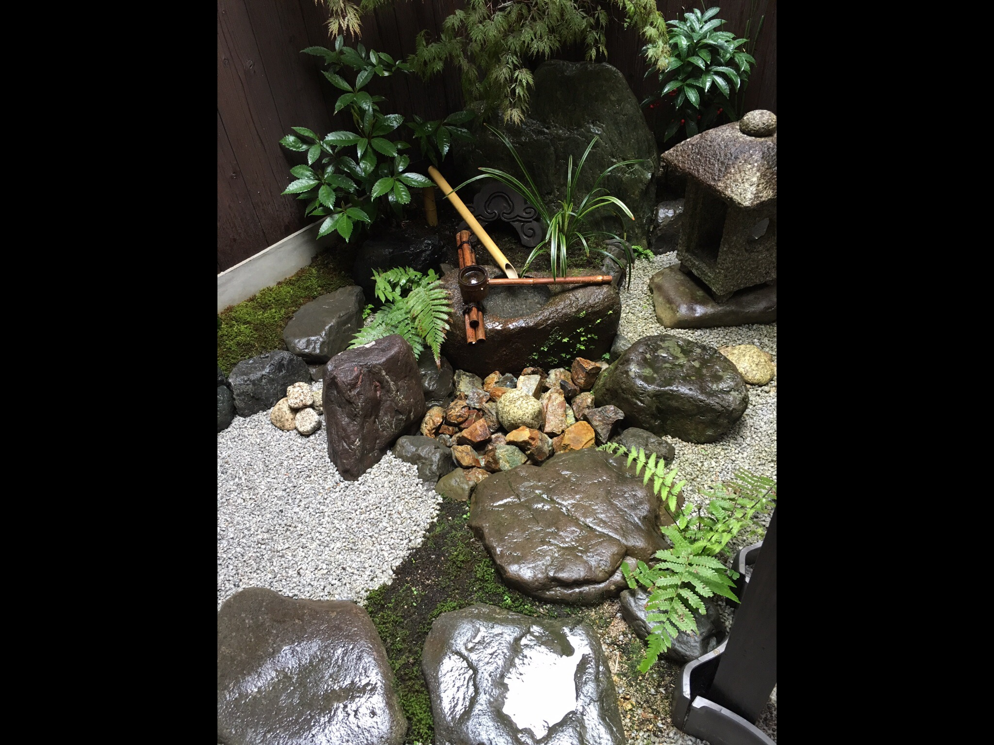 京町家の特徴の坪庭に「水琴窟」もあり、繊細な音色を奏でております