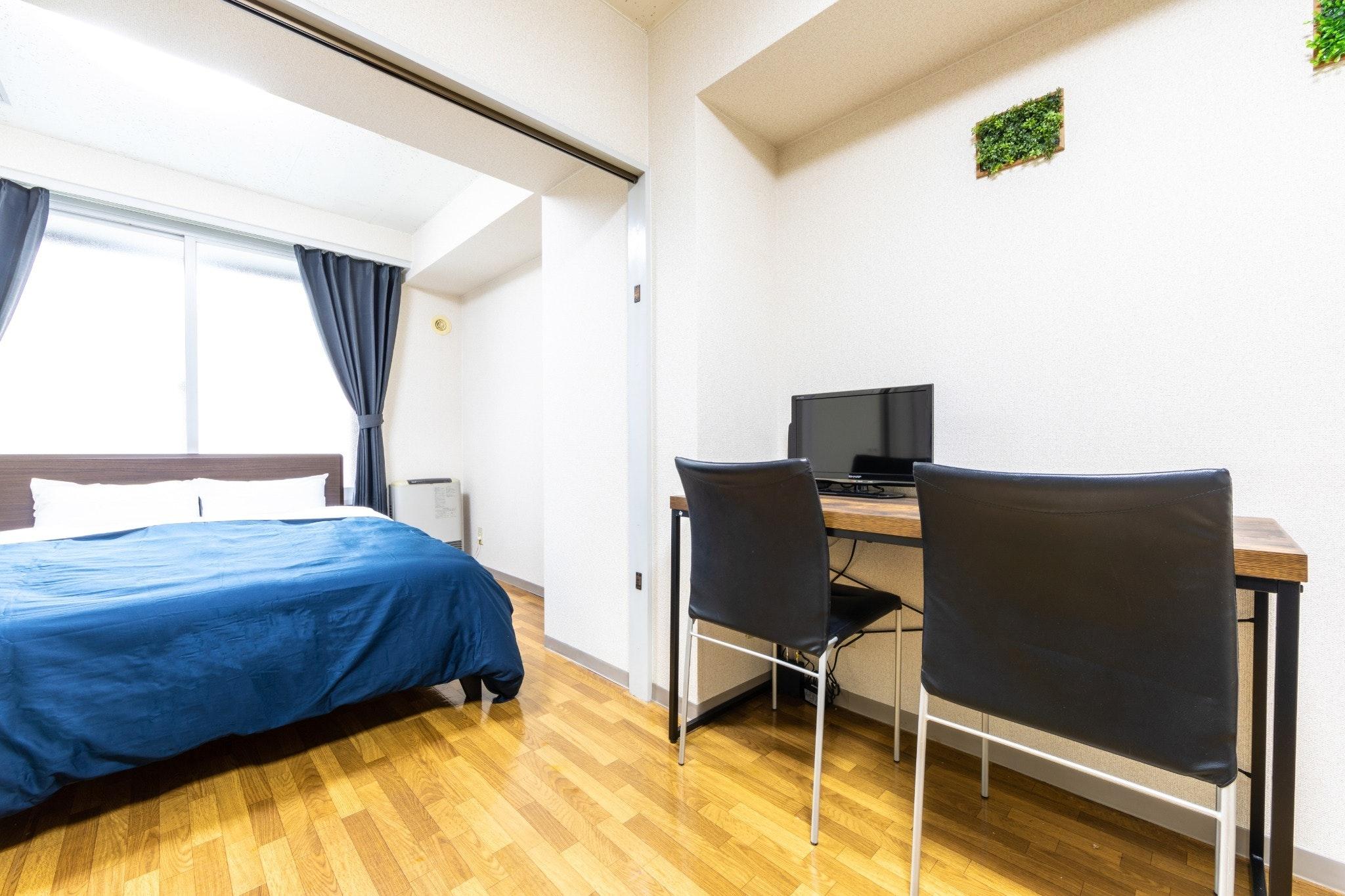 603号室、1DK、ダブルベッド1台、布団1枚。地下鉄東豊線大通駅徒歩5分、JR札幌駅より徒歩10分