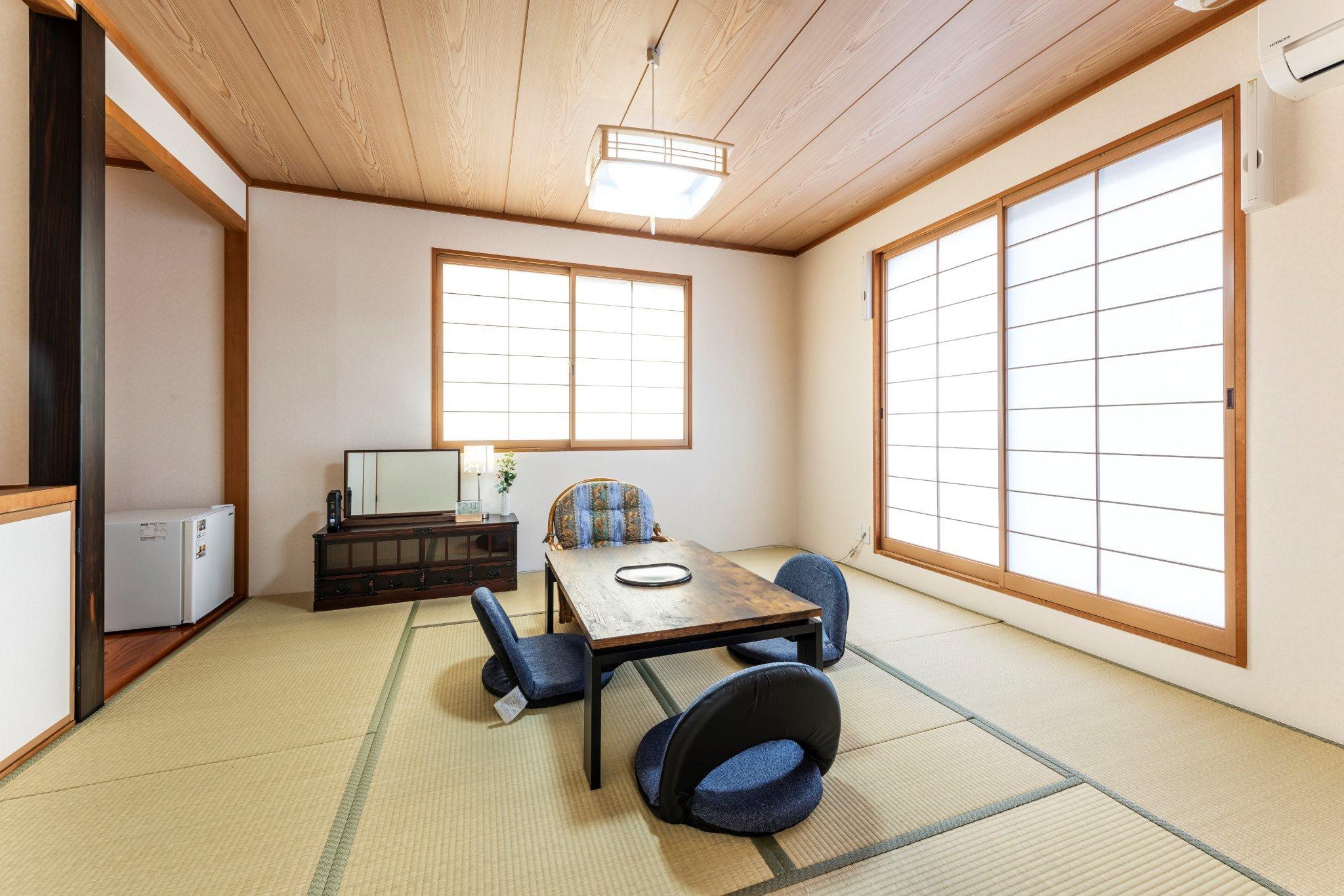 リビングのすぐ隣にある明るい8畳間の和室。床の間もありゆったりとしたスペースです。