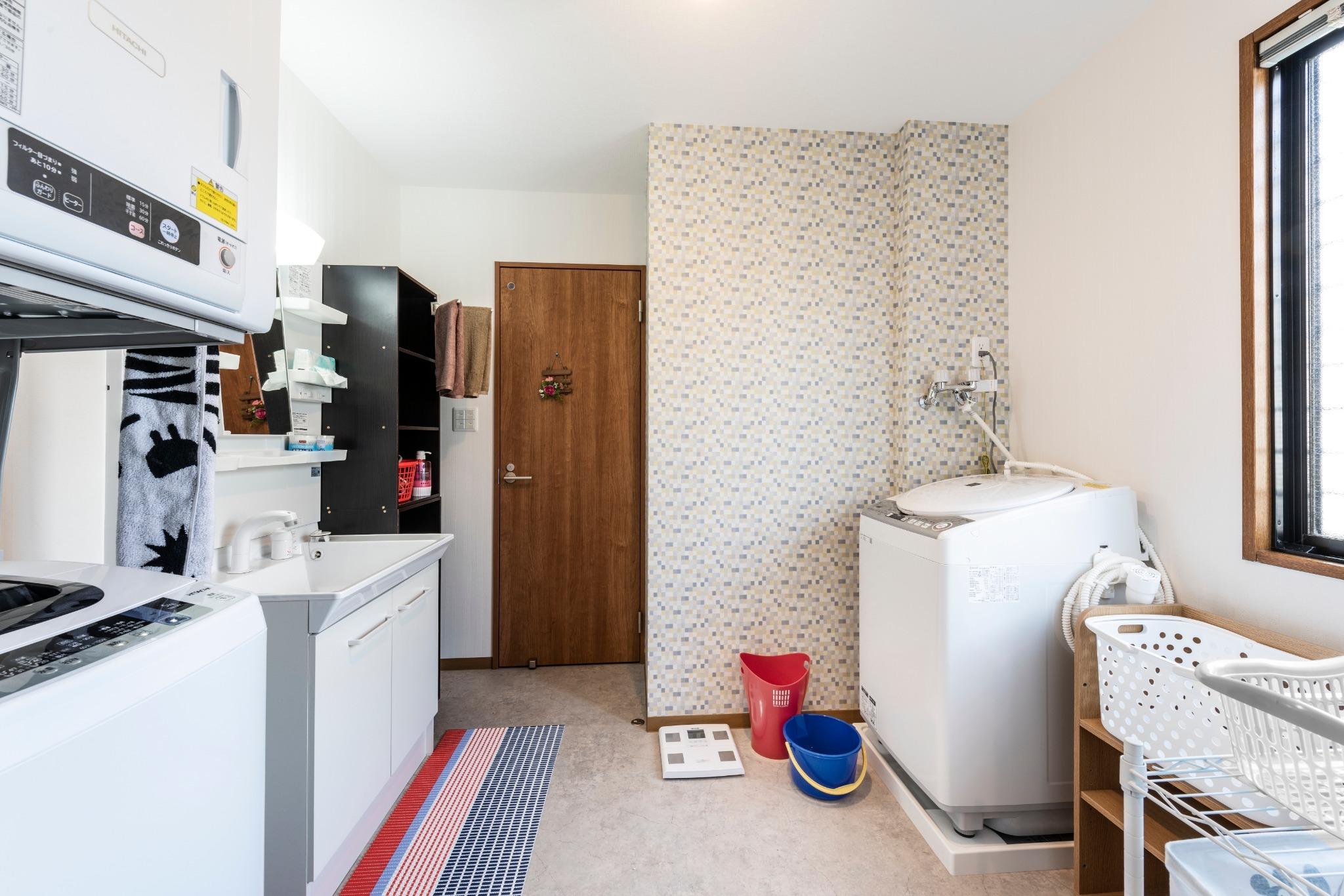 1階広い洗面所、洗濯機、乾燥機、乾燥洗濯機各1台あり長期滞在の方の洗濯もできます。