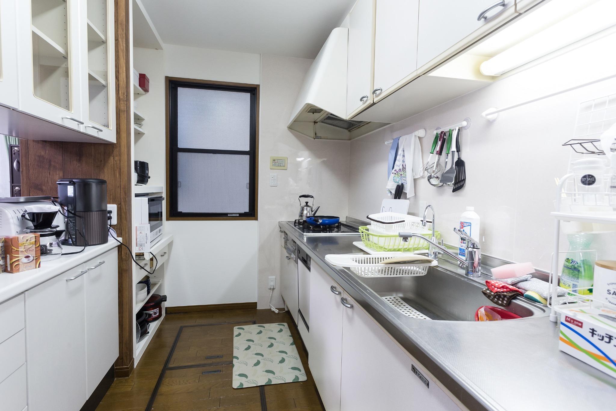 1階キッチンには電子レンジ、炊飯器などすべての調理用具が揃っています。