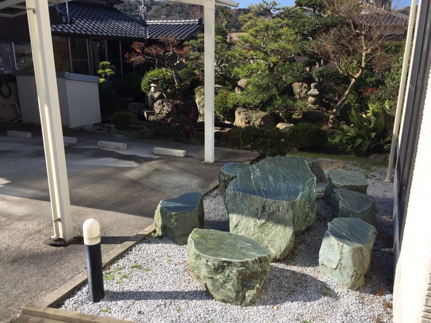 玄関横の石