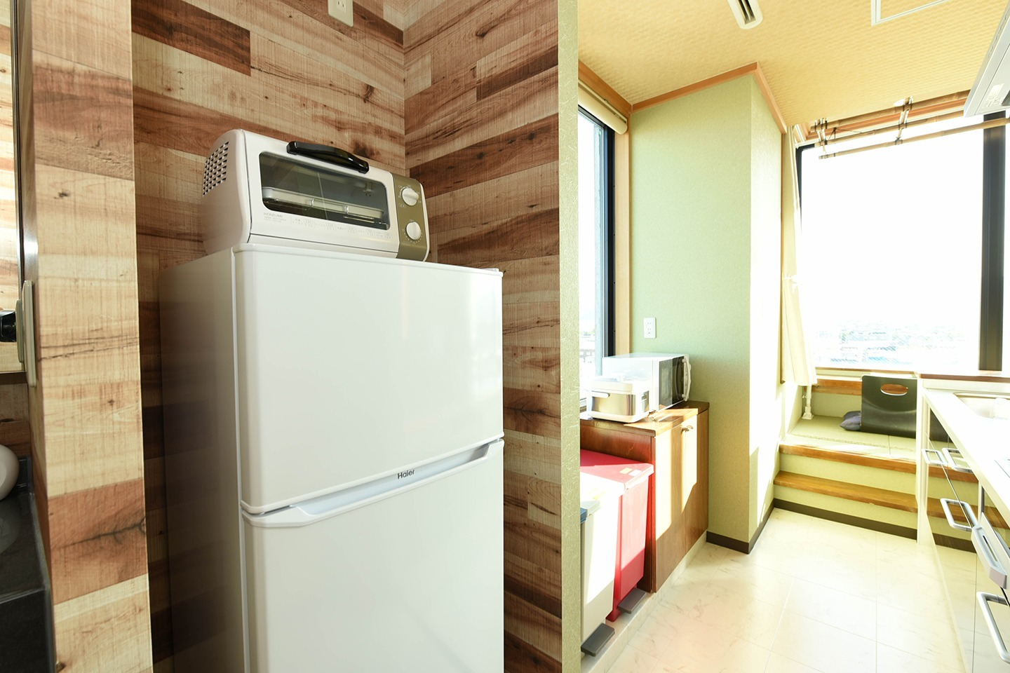 Refrigerator. Toaster and microwave will help you warm up your food 冷蔵庫、トースターと電子レンジ