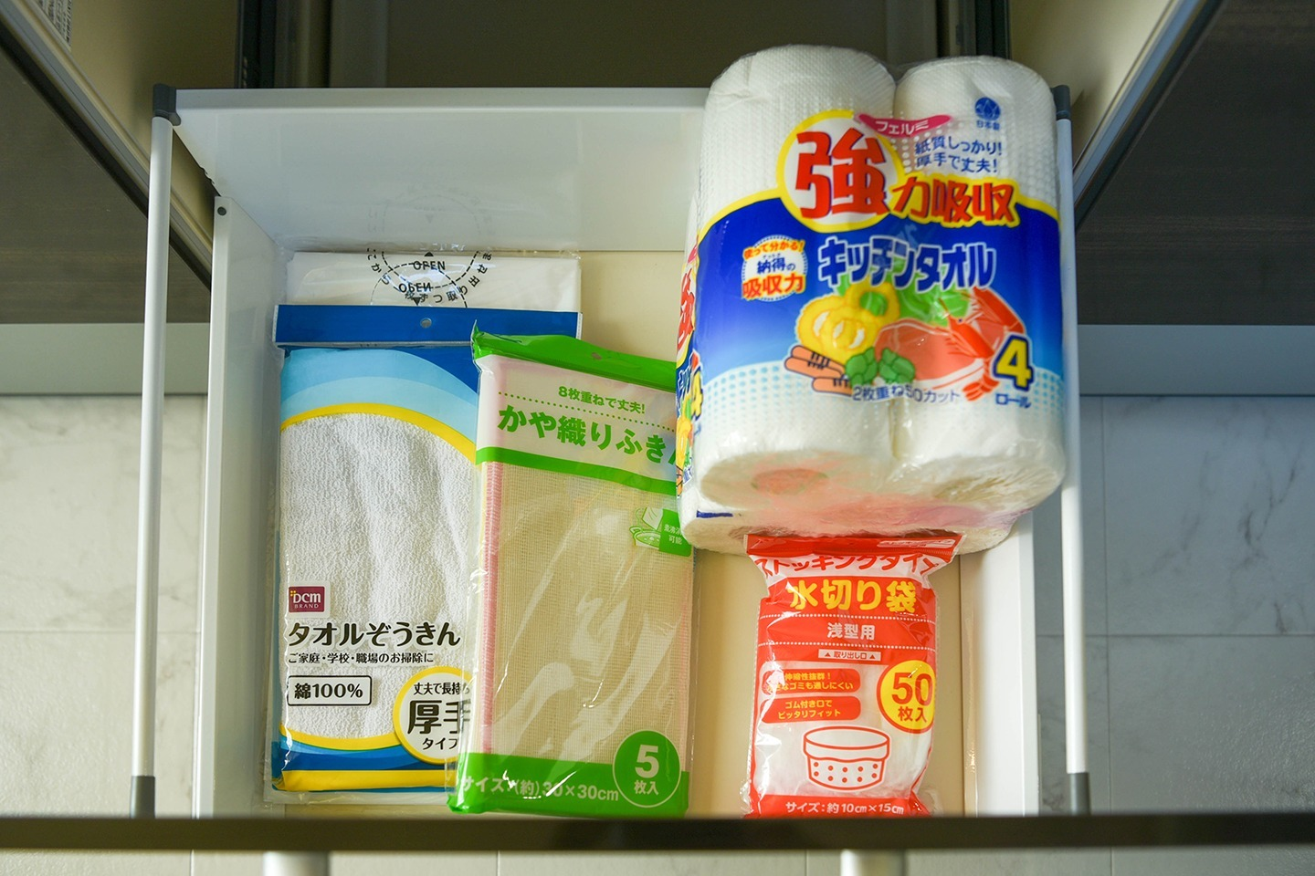 Cleaning cloth and other kitchen utensils are in the drawer 引き出しの中に雑巾や台所用品があります