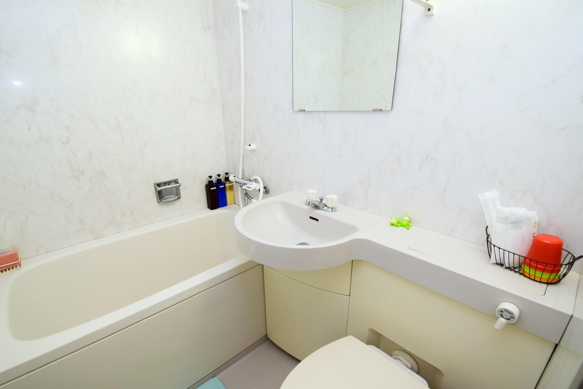 Full amenities. Shampoo, conditioner, body soap, toothbrush, razor, body sponge, etc. are all free.