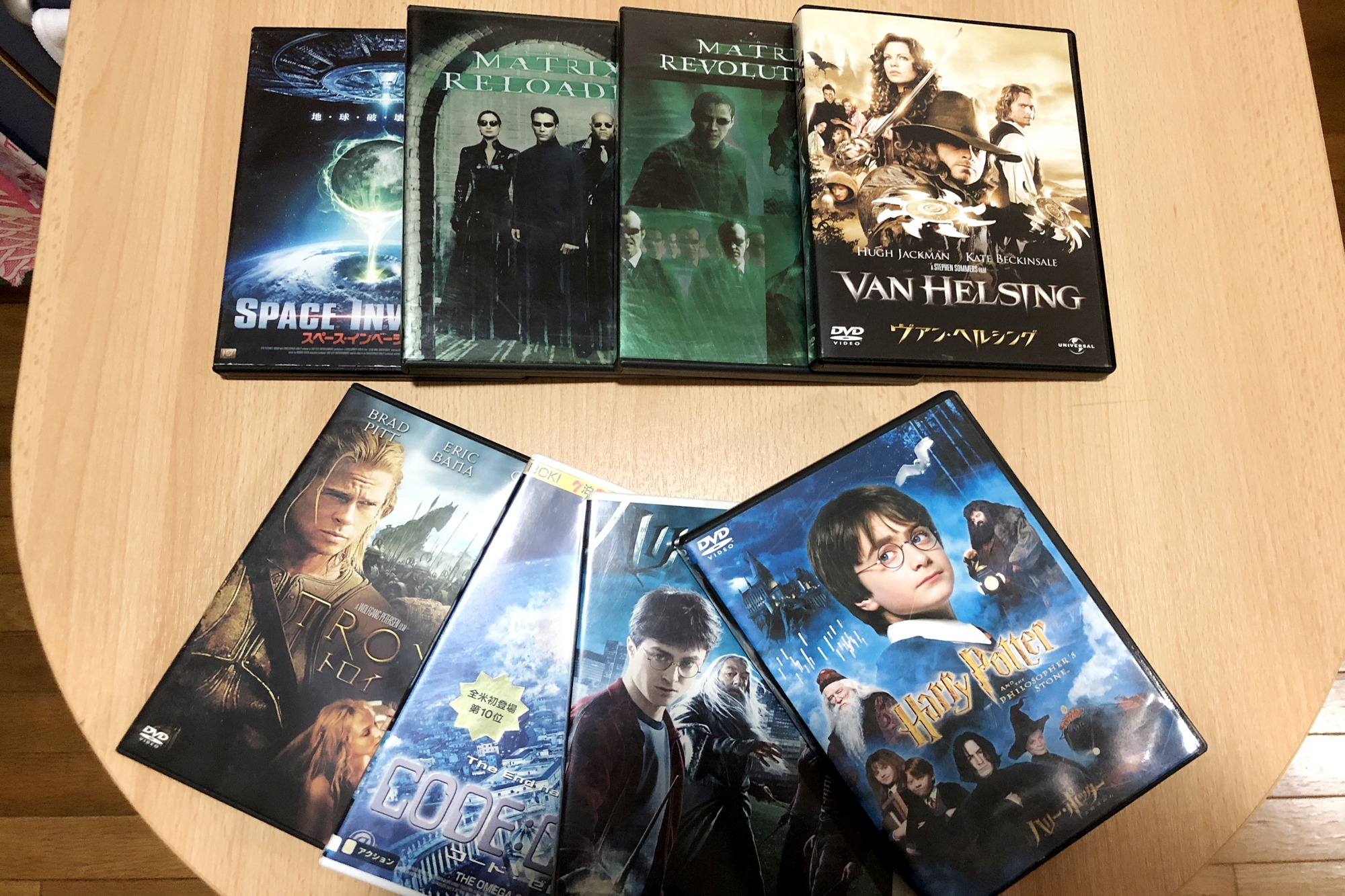 There are some DVDs in the room. Enjoy watching the movie. 部屋に数枚のDVDをご用意していますので、映画鑑賞を楽しむことができます。