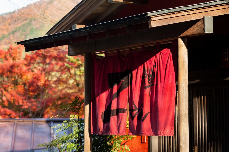 赤い「禅」の暖簾が目印です。