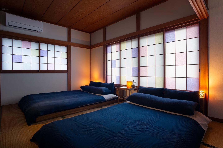 ベッドルームは障子紙に和紙を使いステンドグラスのような優しい雰囲気を作っています。