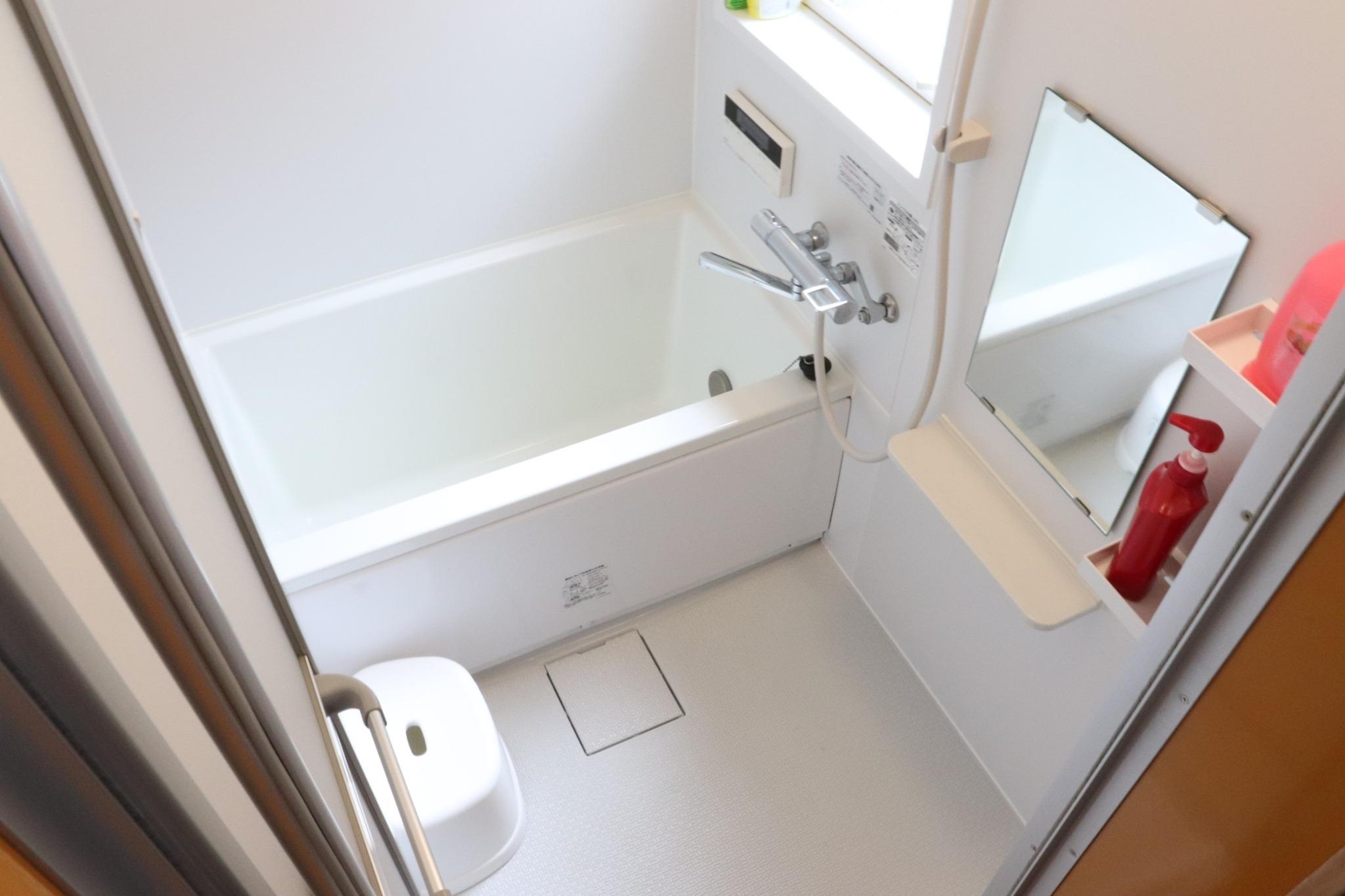シャワールームはバスタブとシャワーをご用意しています。