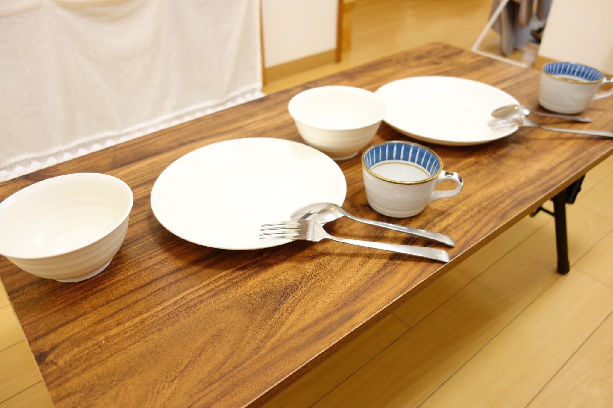 1階:お皿類、コップ類、充実