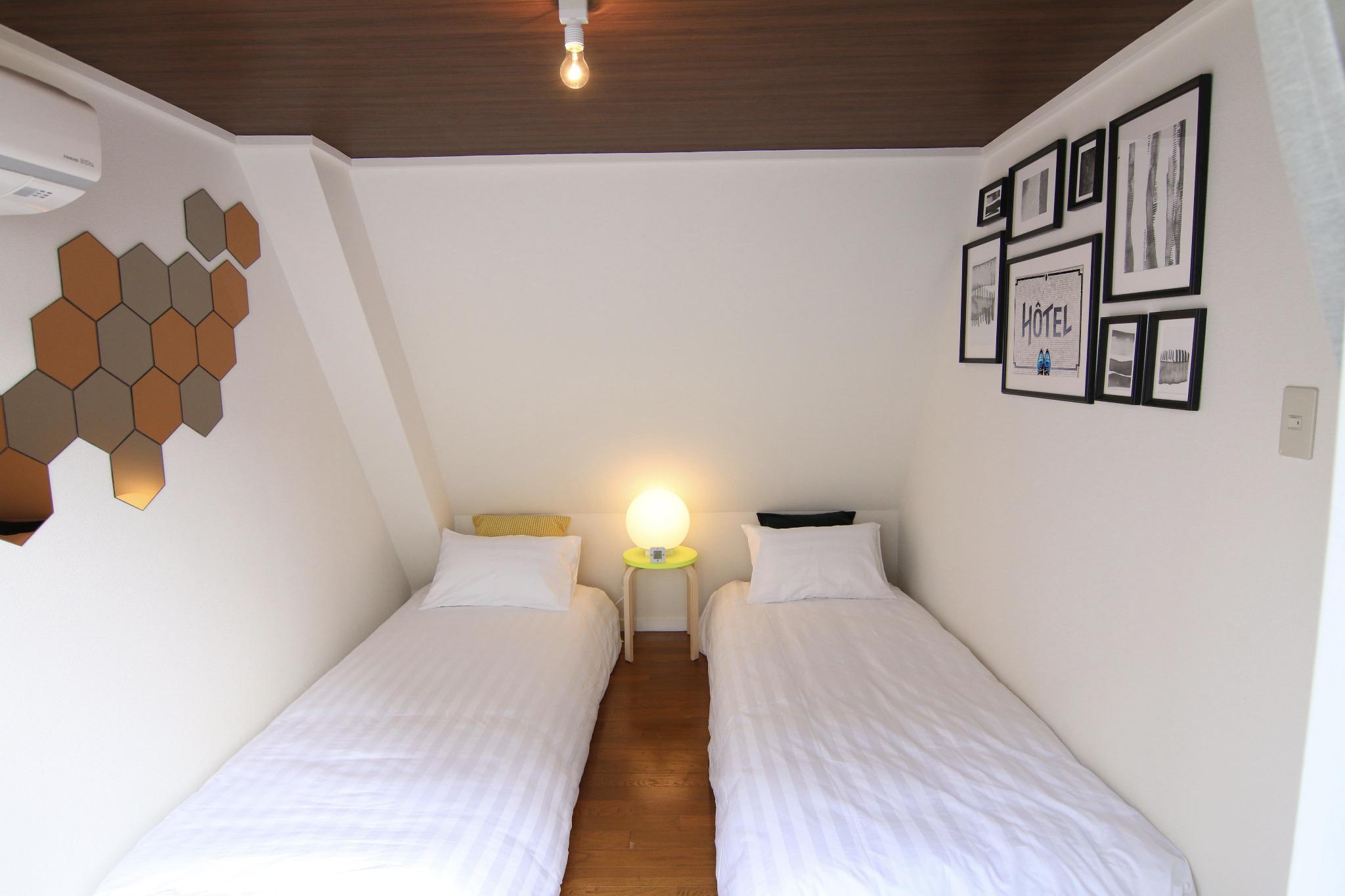 シングルベッドを2台設置した寝室です。