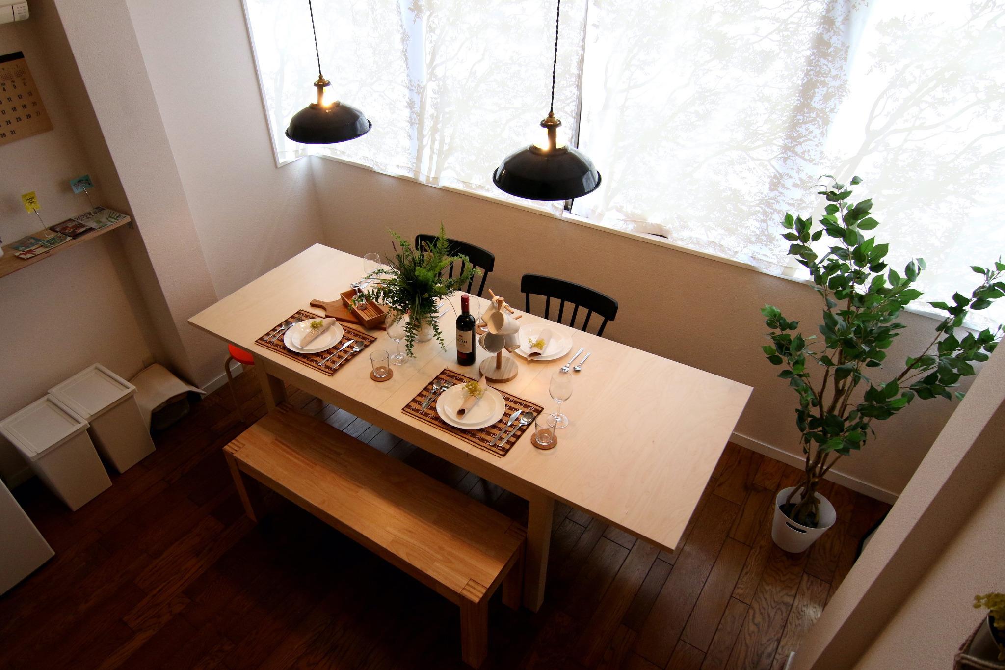 伸縮式のテーブルで大人数でのご使用も可能です。
