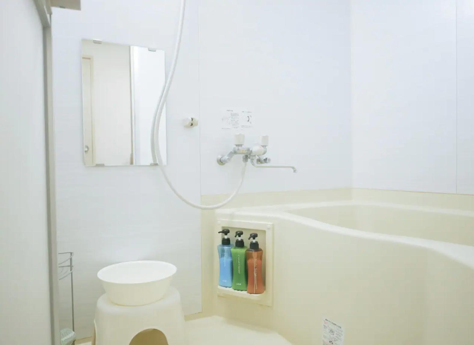 Shampoo, conditioner and shower gel. シャンプー、コンディショナー、ボディーソープあり。