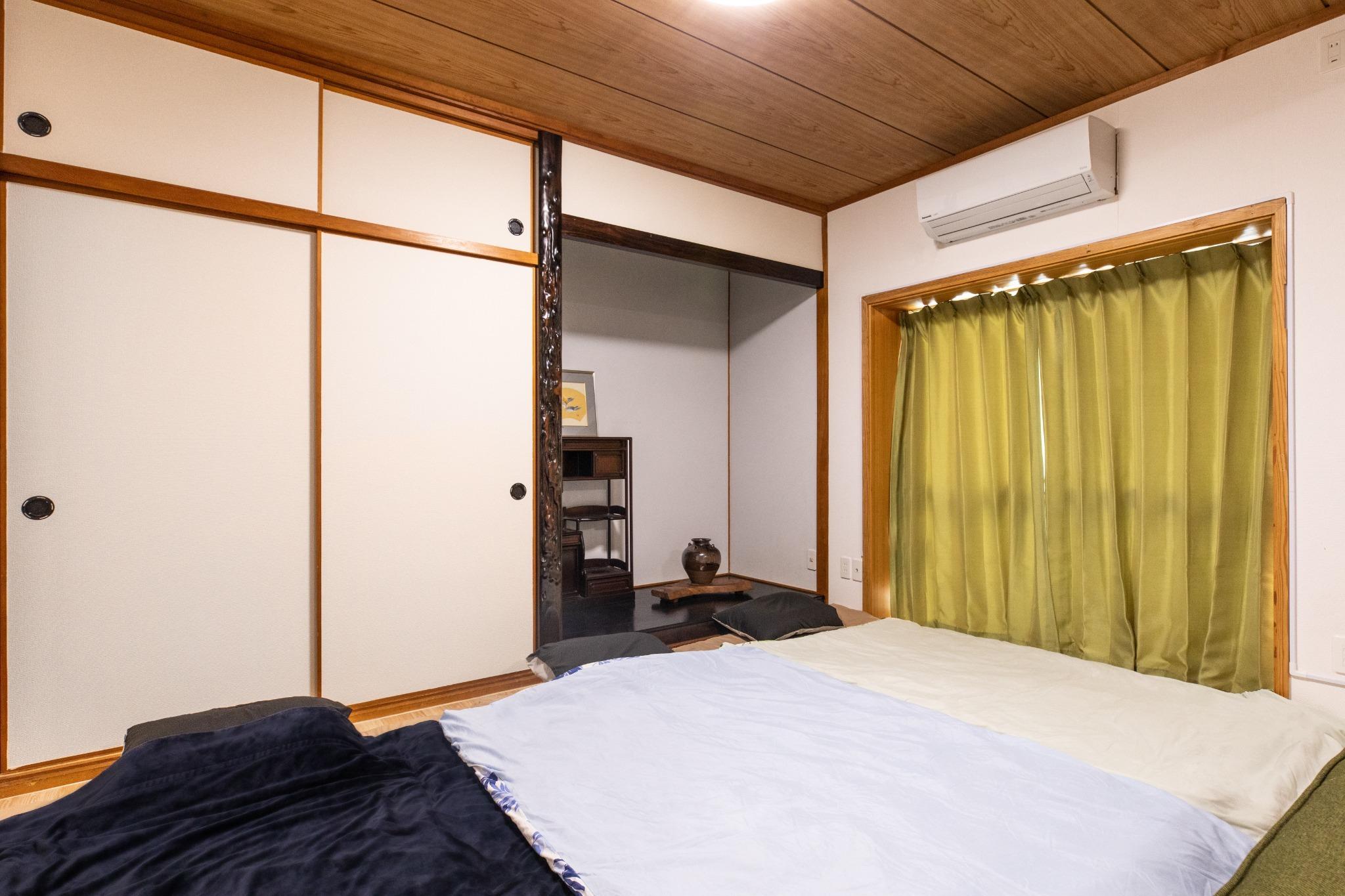 Living Room: Single sized Futon set ×3 リビングルーム:シングル布団セット×3