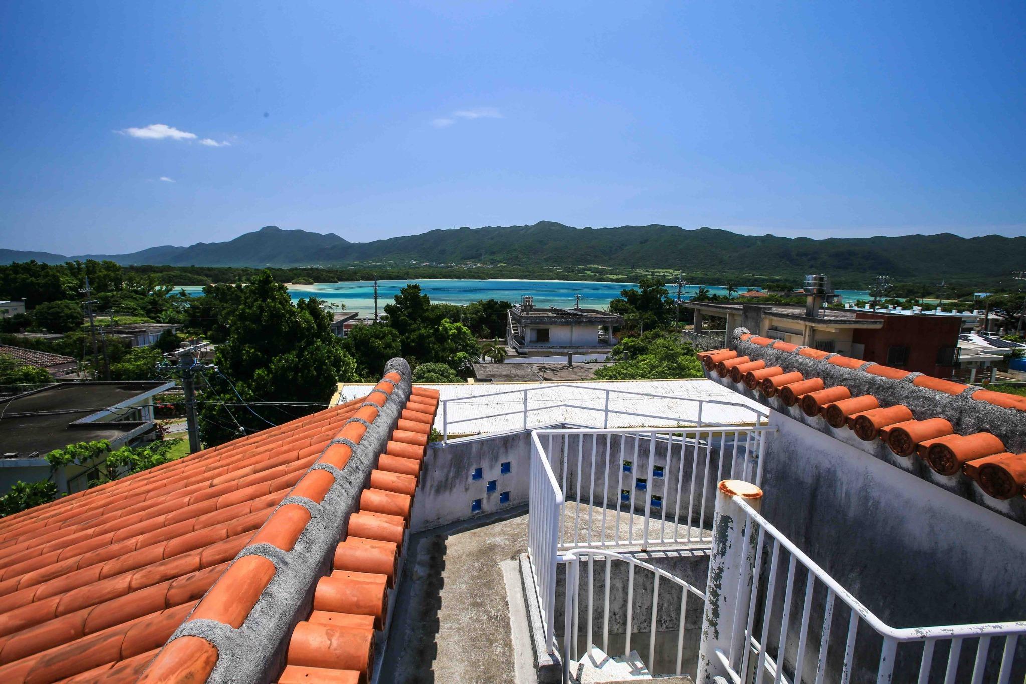 屋上から川平湾見えます。