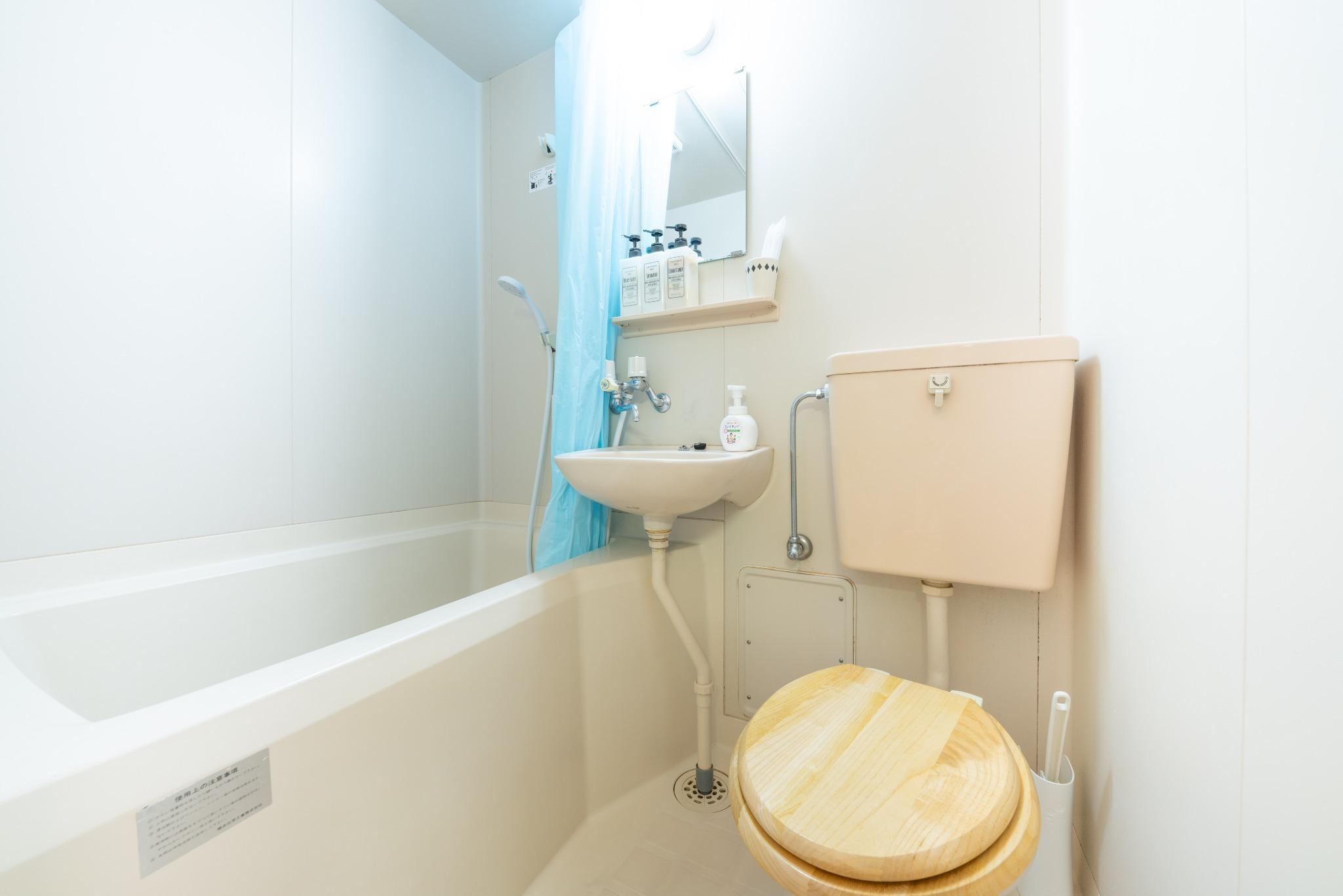 バス・トイレはカーテンで仕切って使用できます。