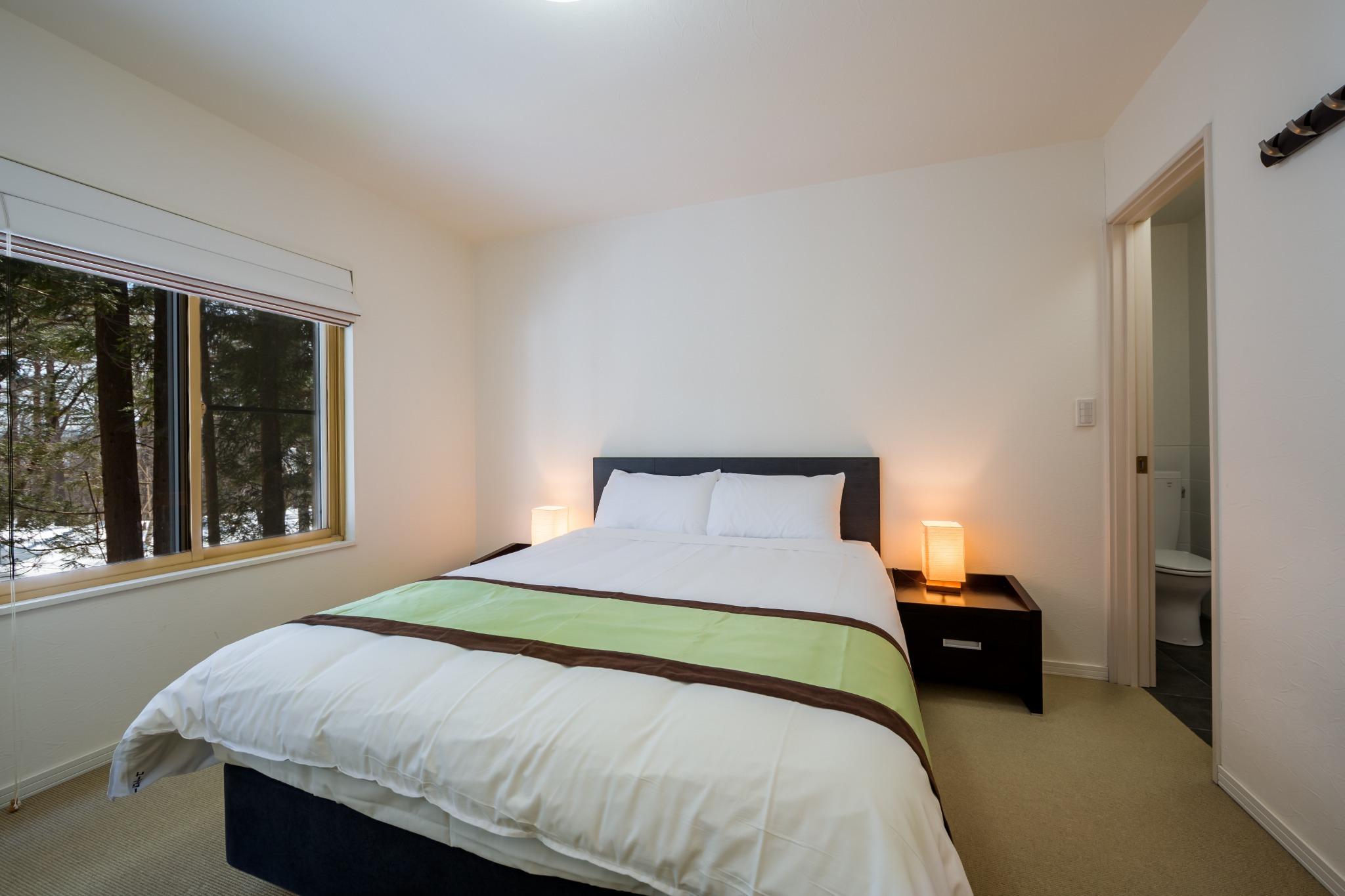 寝室ーダブルベッド(クイーンサイズ)