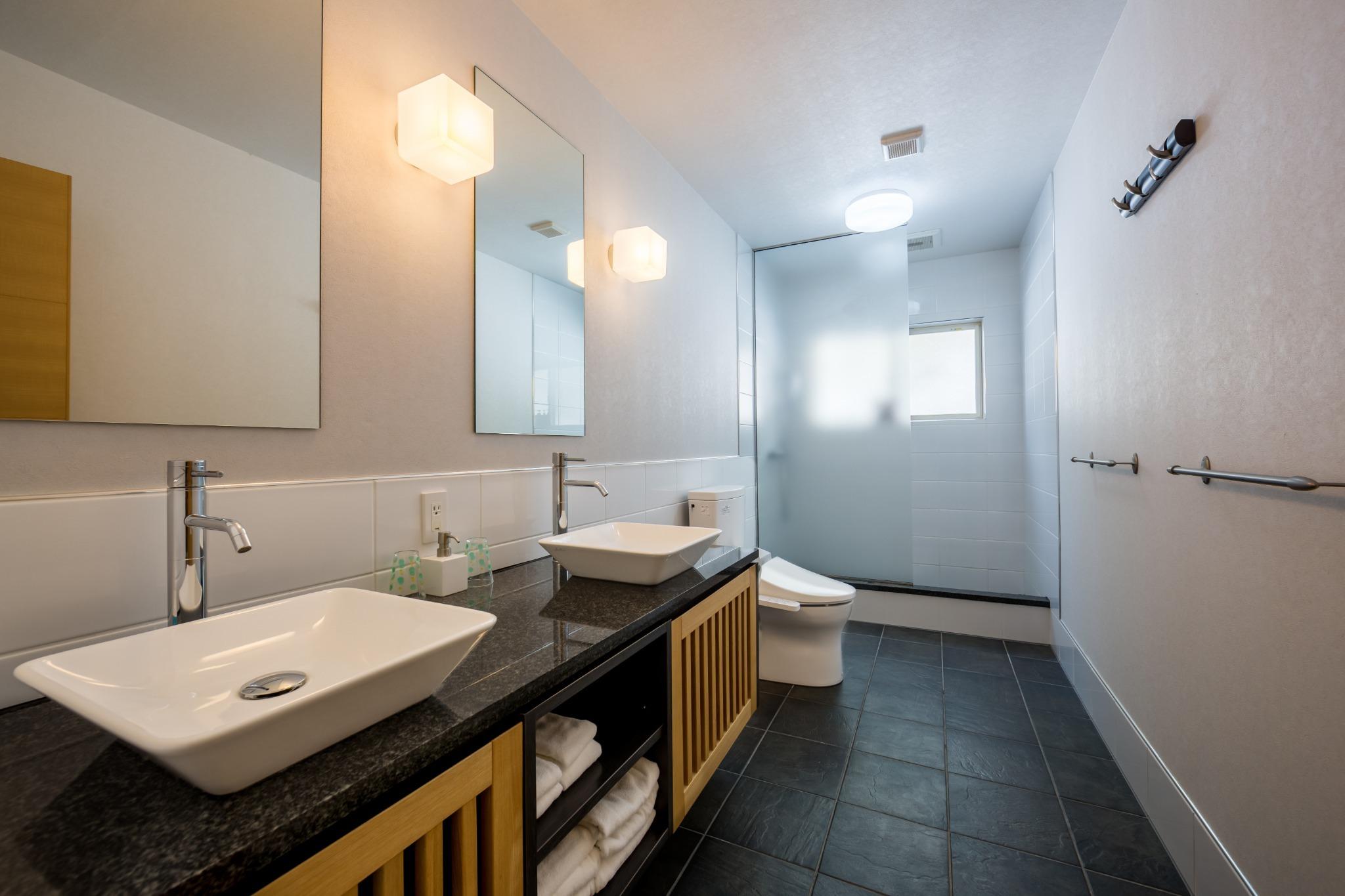 シャワールーム&トイレ
