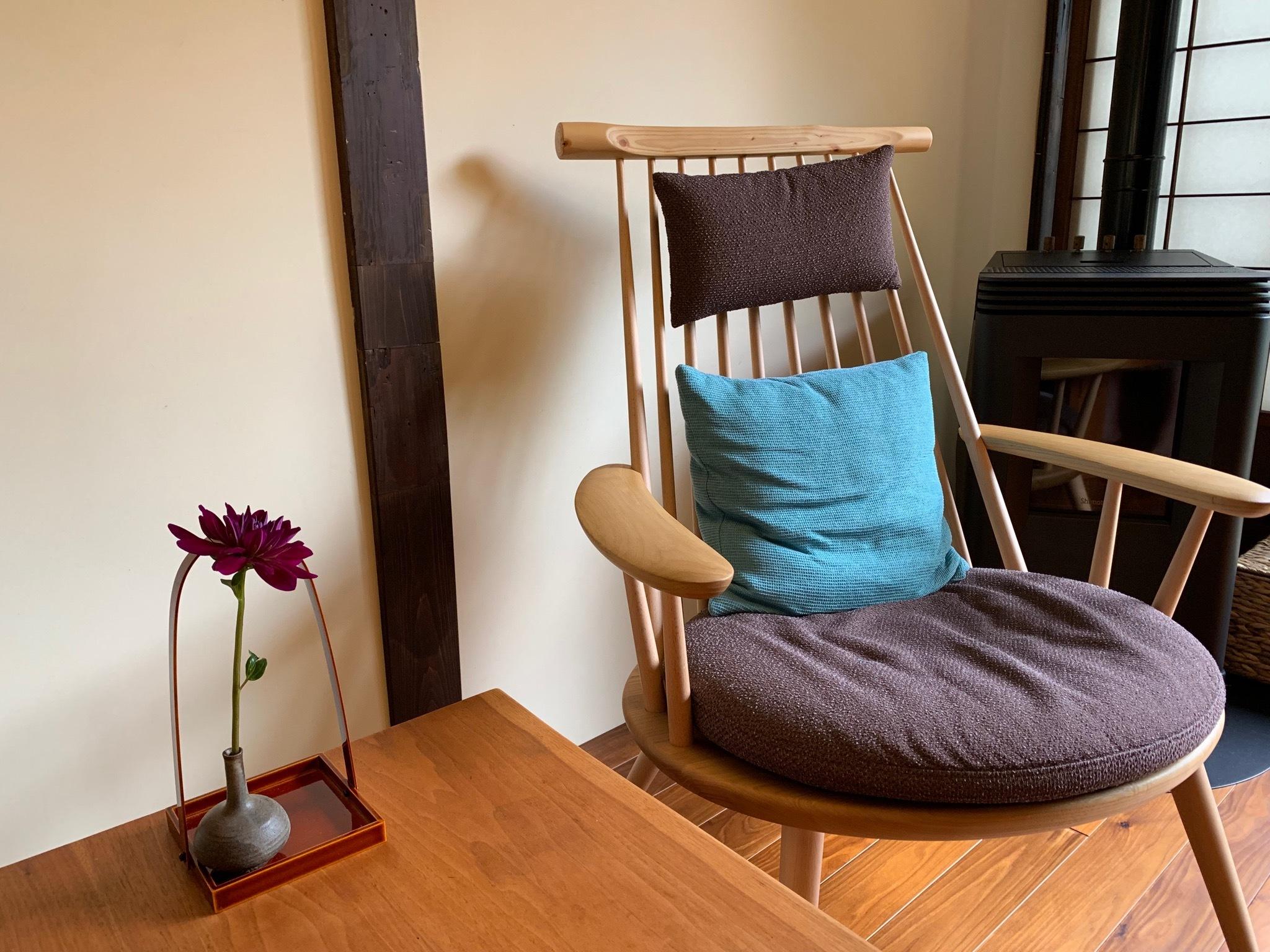 飛騨産業の上質な椅子に座ってのんびりとガーデンを眺めてはいかが?